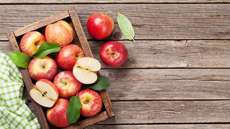 Äpfel auf Holztisch