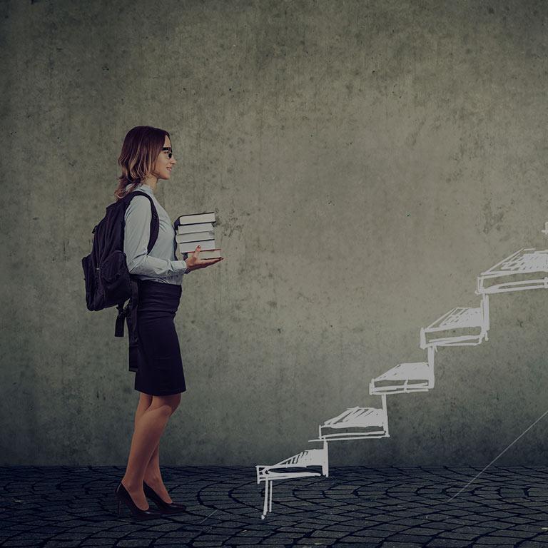 Frau vor einer Treppe
