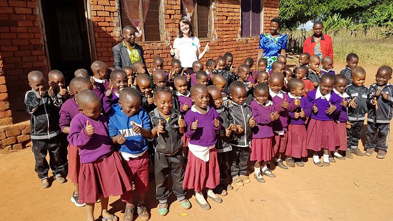Apotheker ohne Grenzen Schulklasse Kinder Afrika