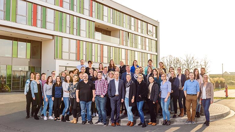 Alle Mitarbeiter der Firma Soldan Holding + Bonbonspezialitäten GmbH auf einem Gruppenfoto vor dem Verwaltungsgebäude in Adelsdorf